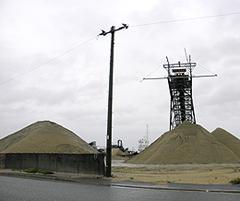 福岡市東浜に揚陸される大量の海砂