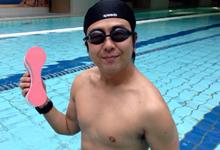 フィットネスクラブのプールで微笑む高島市長
