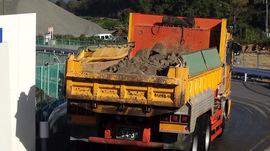 泥水を垂れ流しながら公道を走るトラック