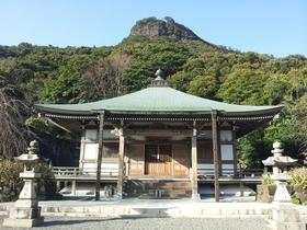 鎭國寺境内から見た霊峰「冠嶽」頂上