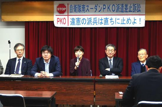 ⑧P03_第8回弁論後の報告会(中央が平さん、右隣に佐藤弁護士(2019.jpg