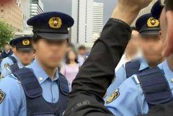 大杉さん(右端)を取り囲む警察官たち .jpg